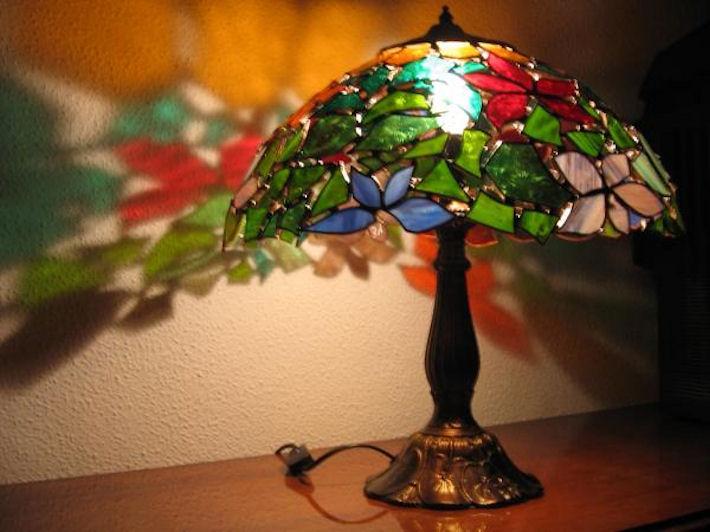 Создаем оригинальный интерьер при помощи витражных светильников