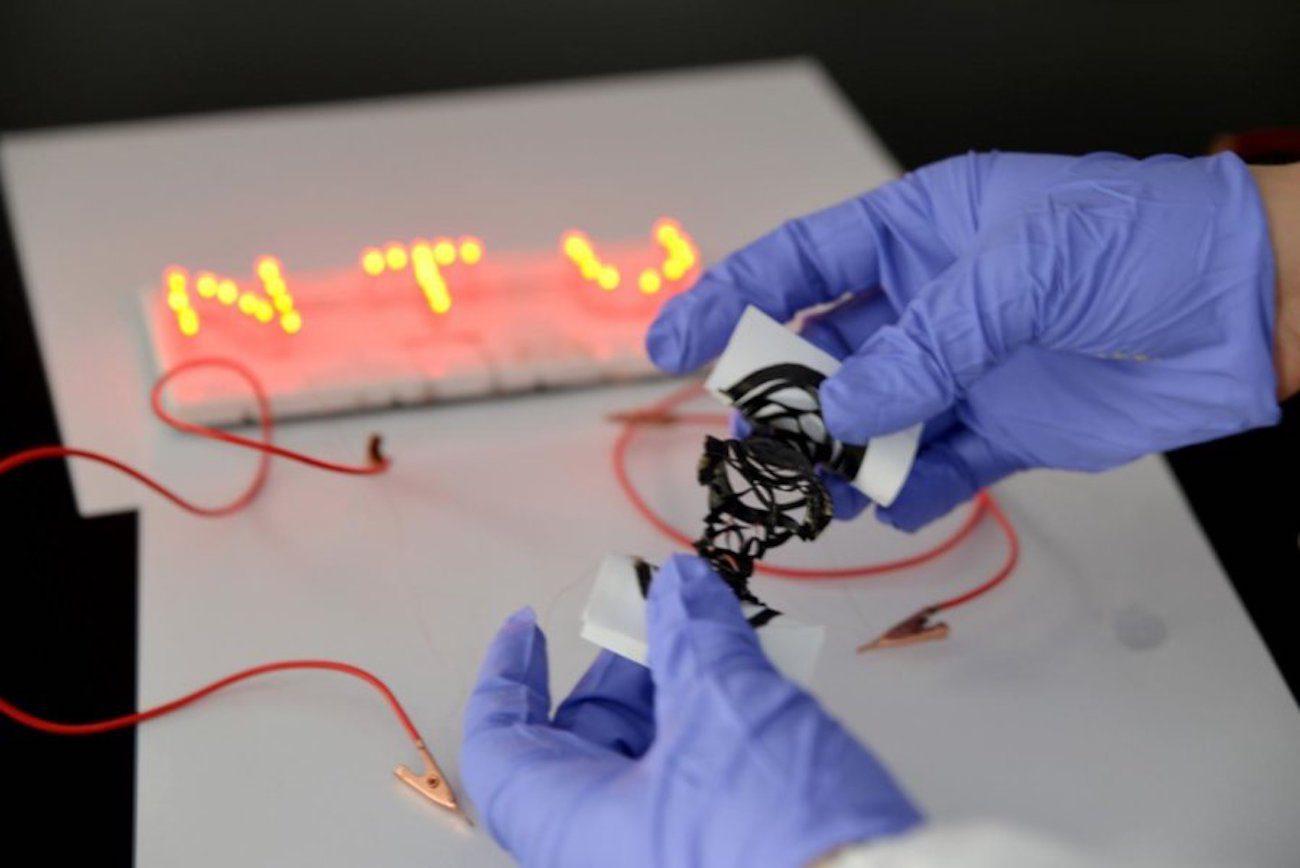 Разработан аккумулятор, который можно сгибать, растягивать и даже разрезать