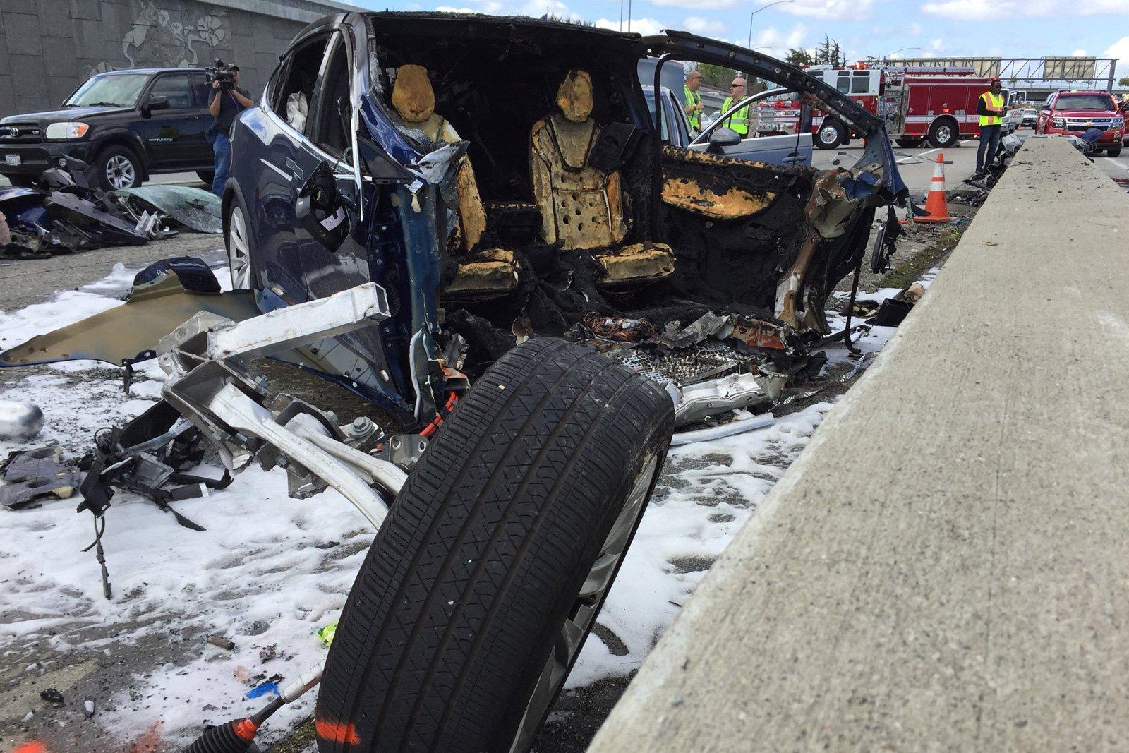 Водитель Tesla Model X разбился насмерть в Маунтин-Вью