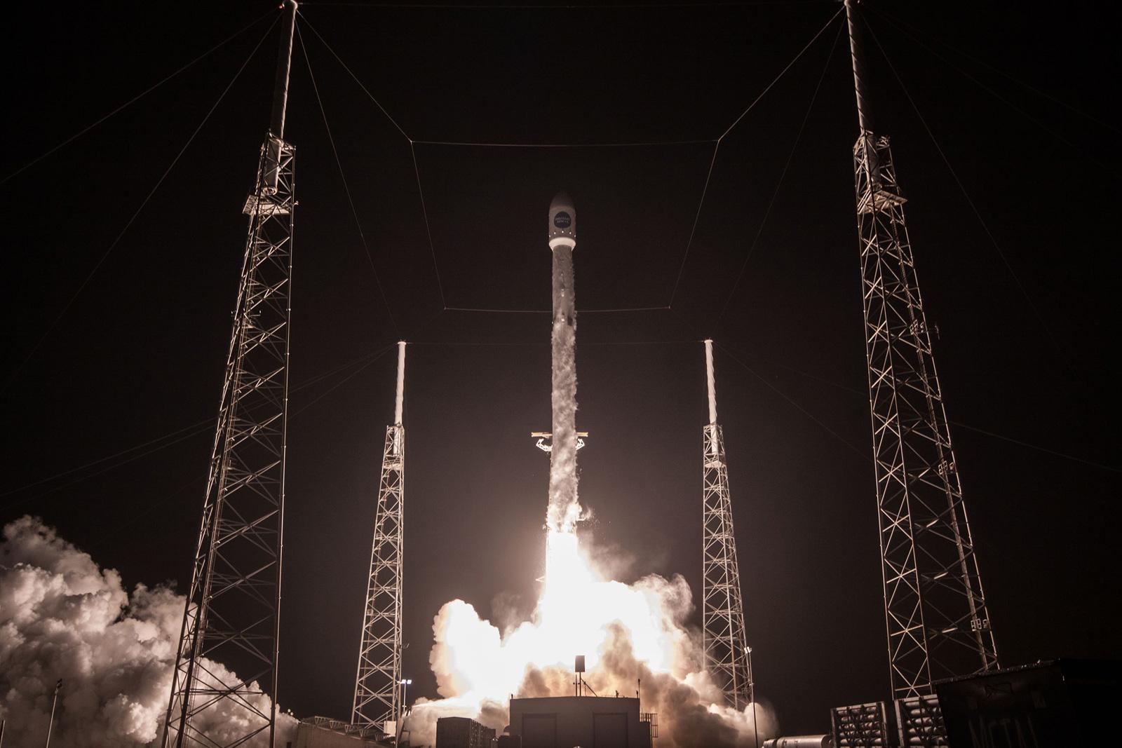 «Слегка безумно», но SpaceX будет замедлять падающие ступени воздушными шарами
