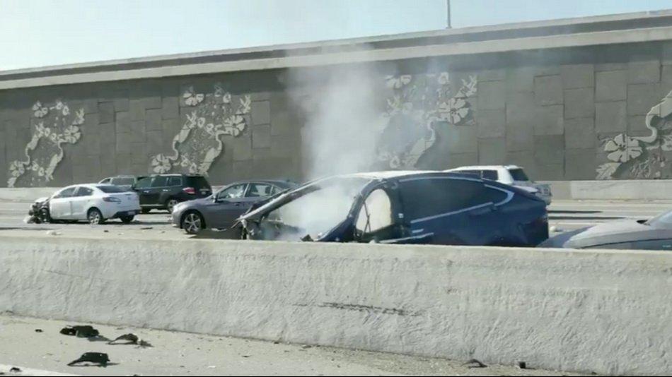 Tesla опубликовала отчет об аварии с участием Model X, в которой погиб водитель