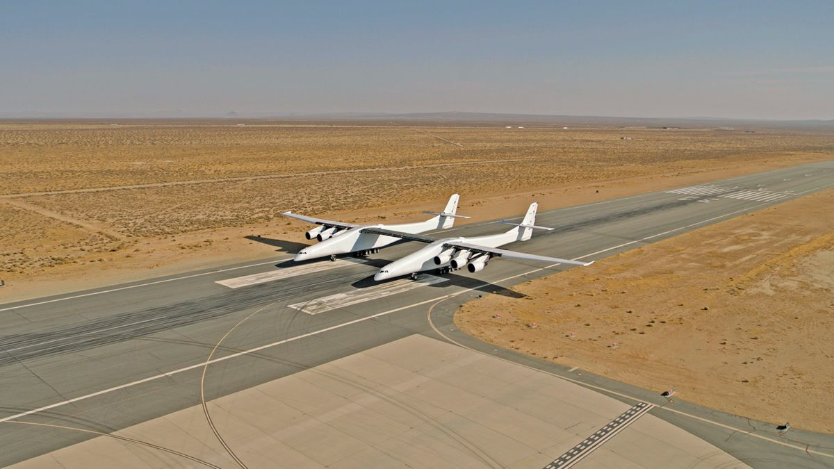 Этим летом может состояться первый полет самого большого в мире самолета