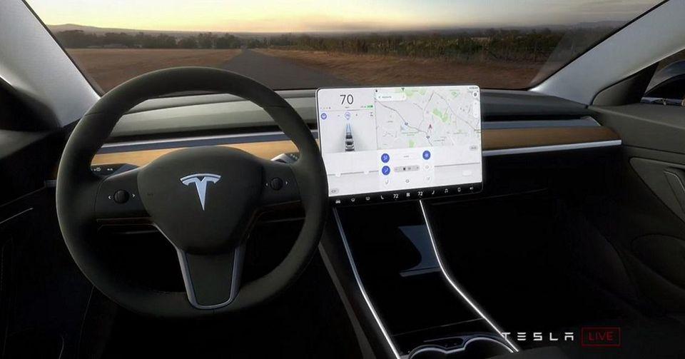 Владельца Tesla на полтора года лишили прав за брошенный руль