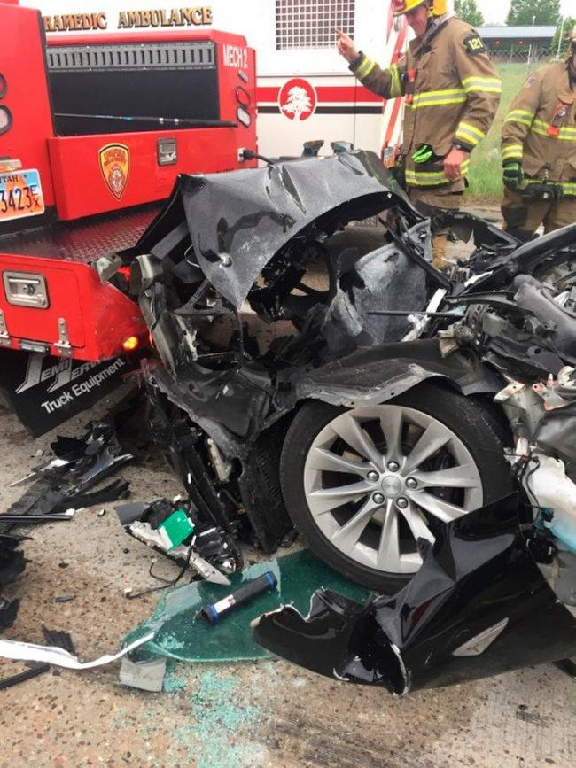 Tesla Model S разбилась о пожарную машину на светофоре