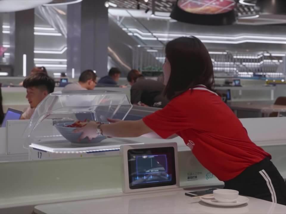 В ресторане Alibaba технологии полностью заменили официантов