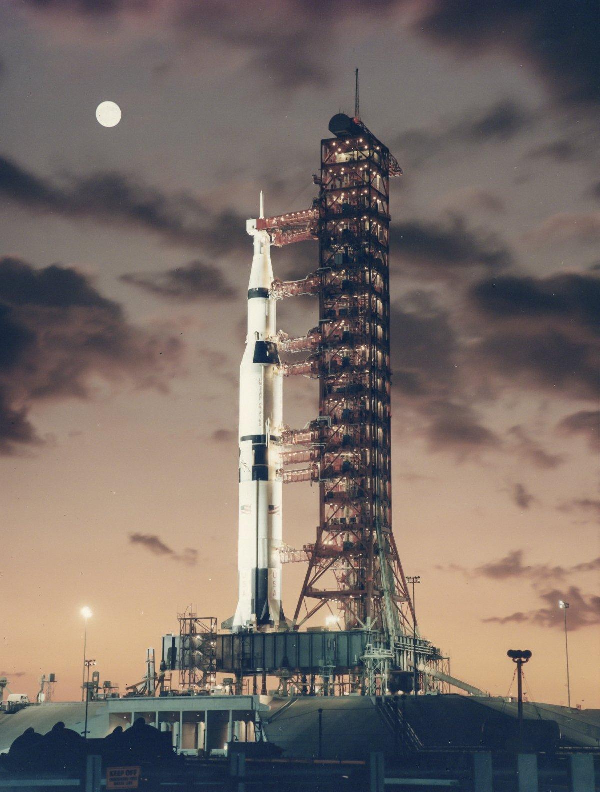 Почему американцы не летали на Луну более 45 лет с момента последней высадки?