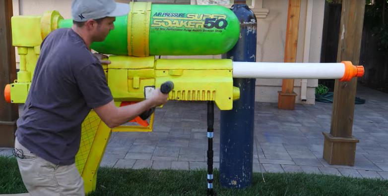 Бывший инженер NASA построил самый большой в мире водяной пистолет и попал в книгу рекордов