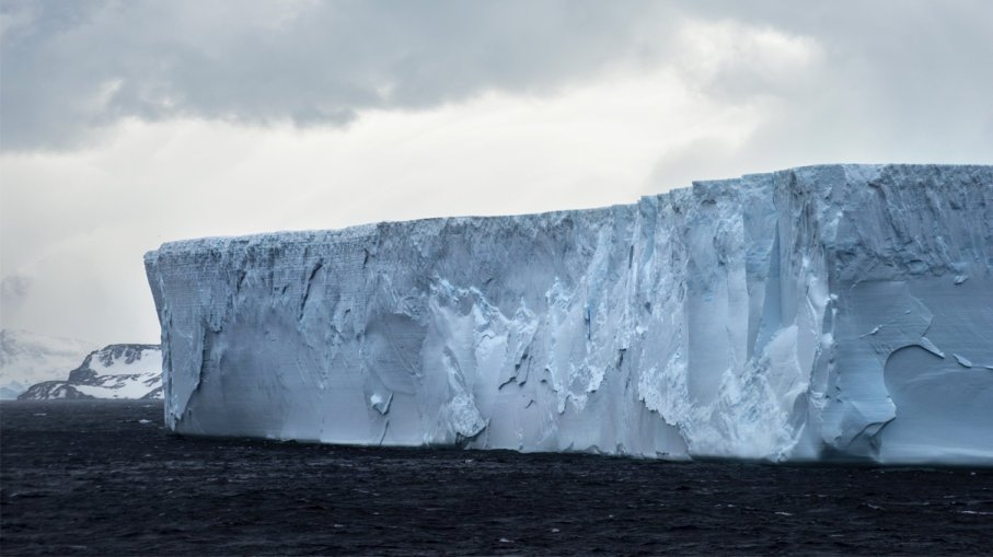 Год назад от Антарктиды откололся огромный айсберг. Что с ним произошло за это время?