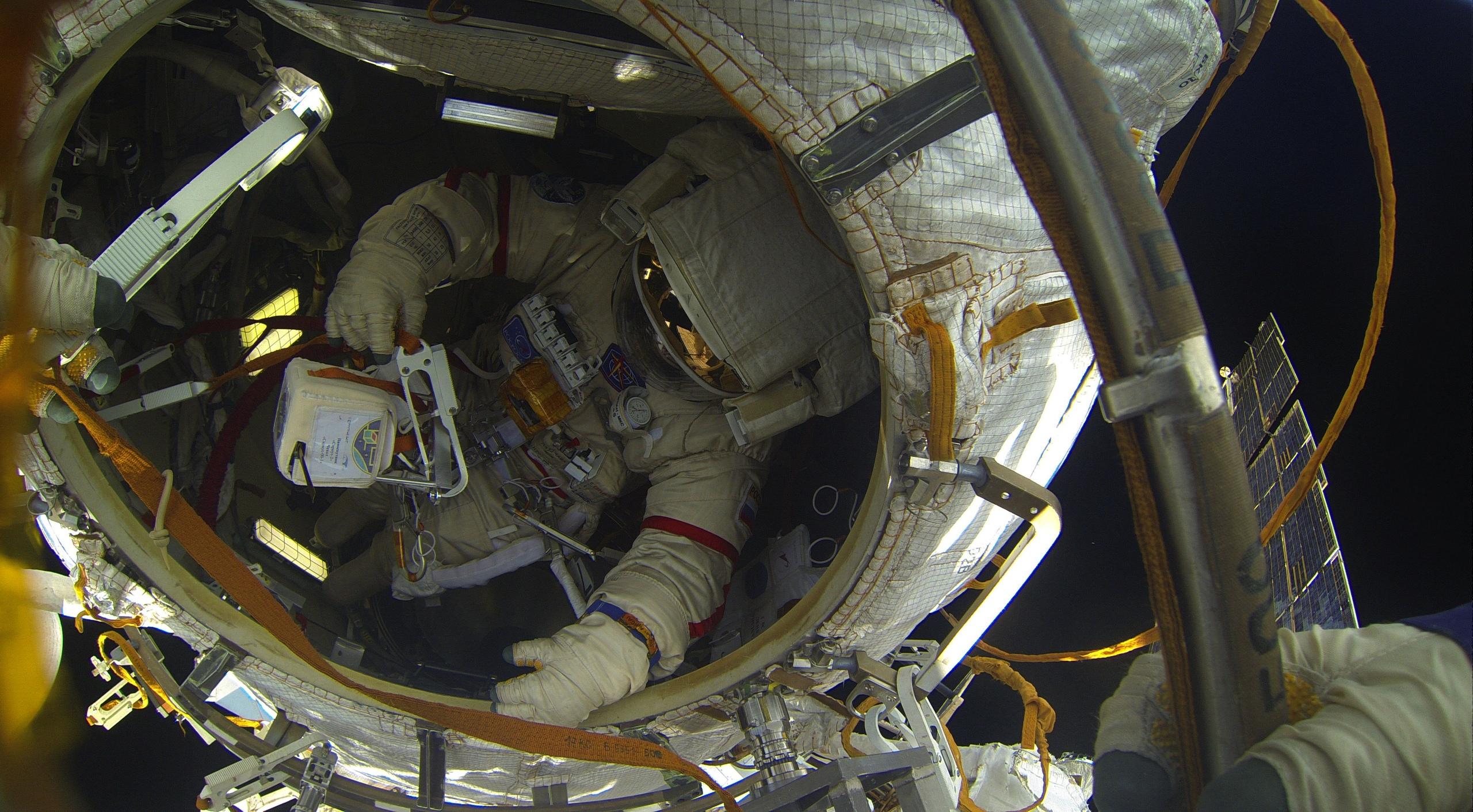 #галерея | Космонавт Олег Артемьев поделился фотографиями выхода в открытый космос