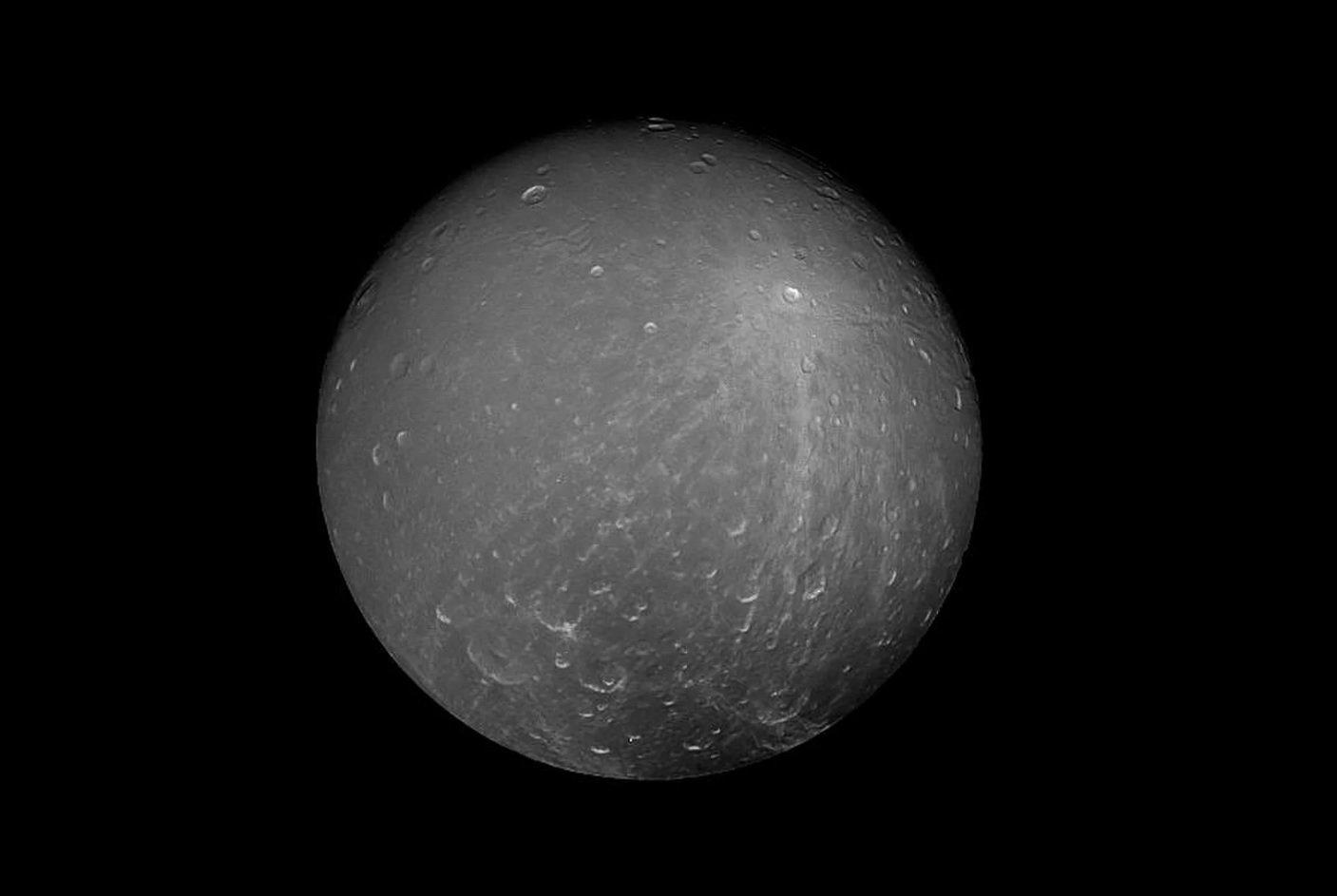 На поверхности одного из спутников Сатурна ученые обнаружили странные разводы