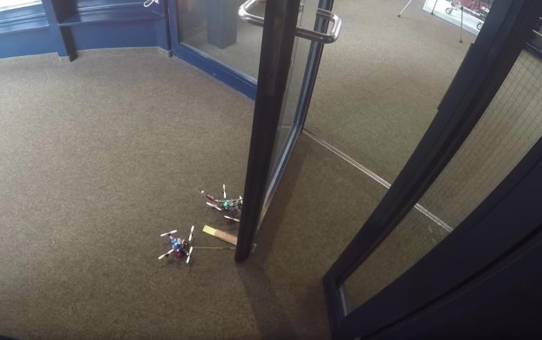 Крошечные дроны могут открывать двери в 40 раз тяжелее их