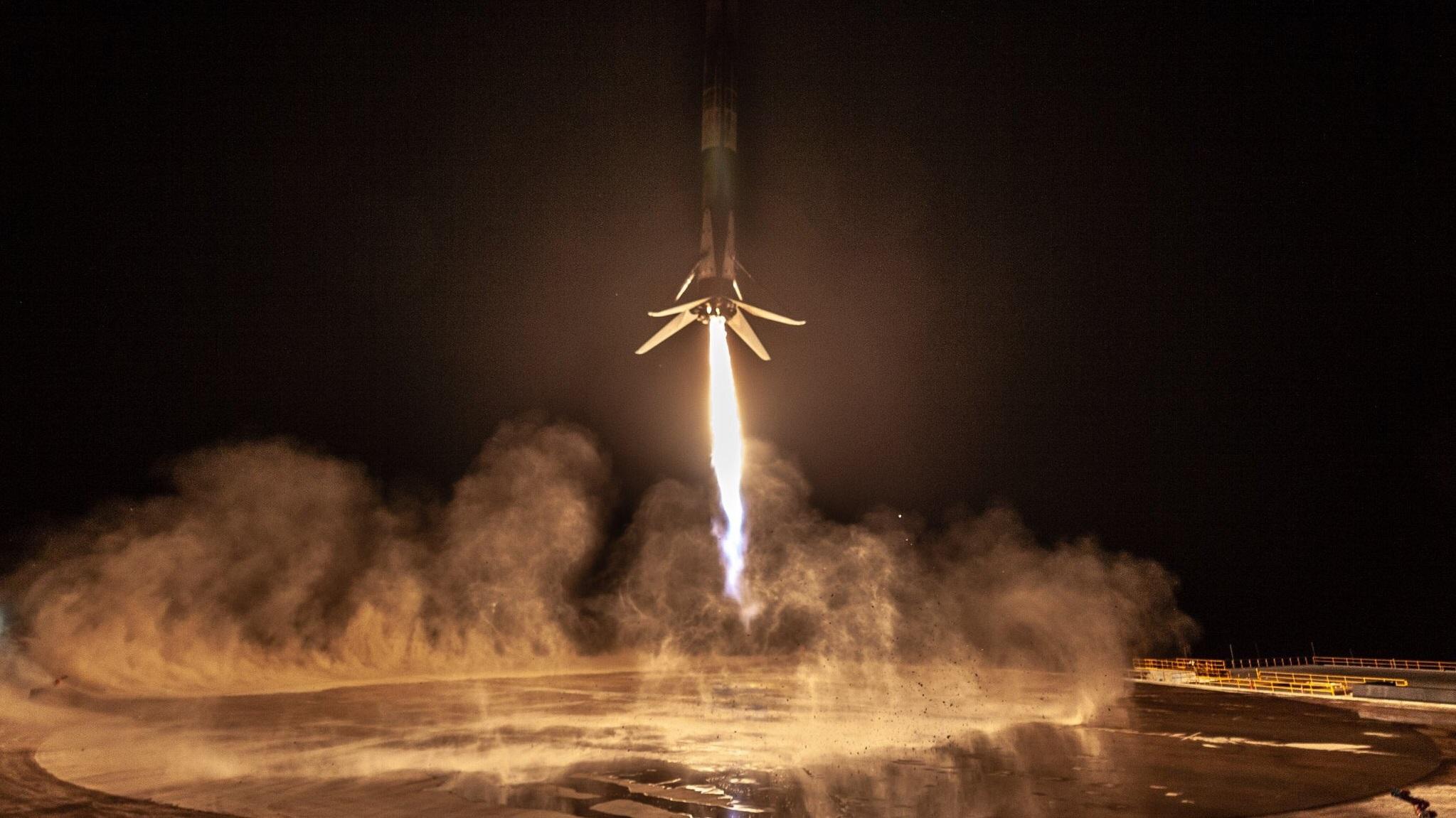 SpaceX впервые успешно посадила ракету Falcon 9 на побережье Калифорнии