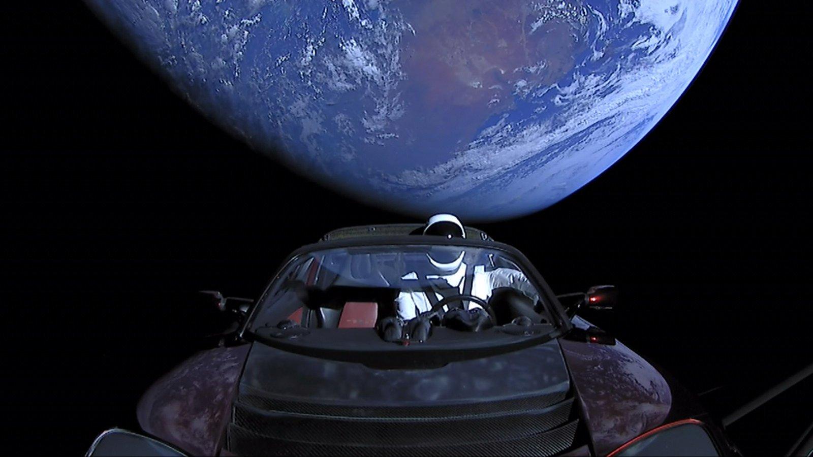 Tesla Roadster, отправленный в космос, прошел мимо Марса