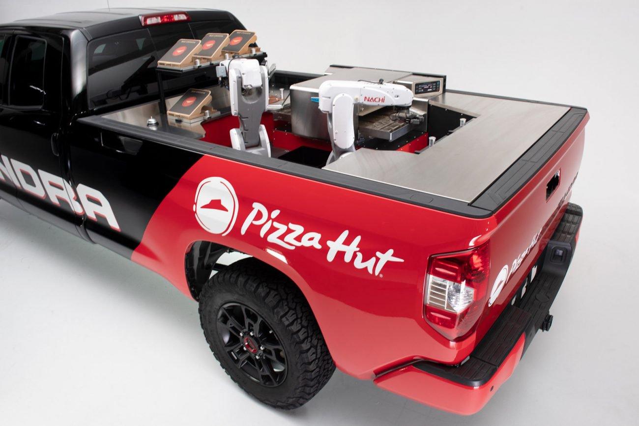 #Видео | Pizza Hut и Toyota представили робота, который будет готовить пиццу прямо во время доставки