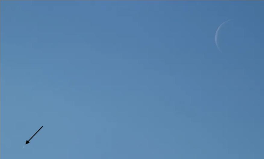 Проверка на внимательность: что необычного в этом снимке лунного полумесяца?