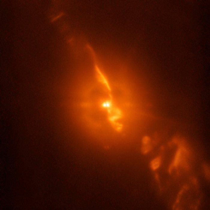 Астрономы поделились реальной фотографией двух звезд, уничтожающих друг друга