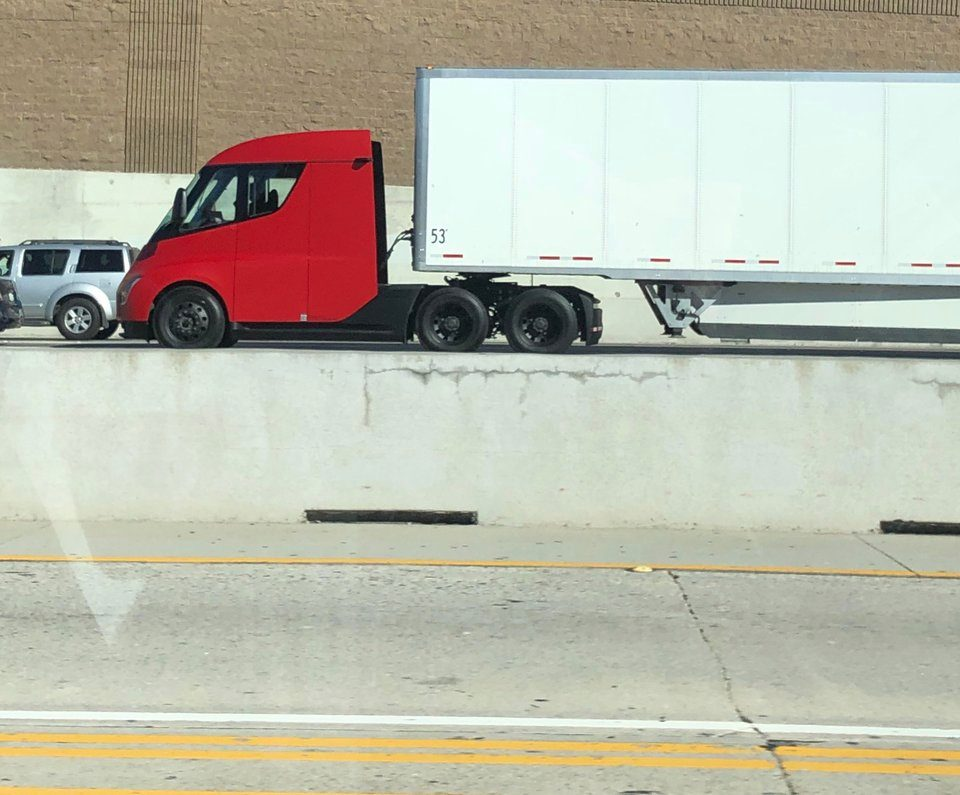 На дорогах США была замечена новая версия грузовика Tesla Semi