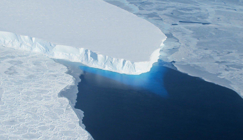 Под ледником Туэйтса нашли 300-метровую полость: чем она опасна?