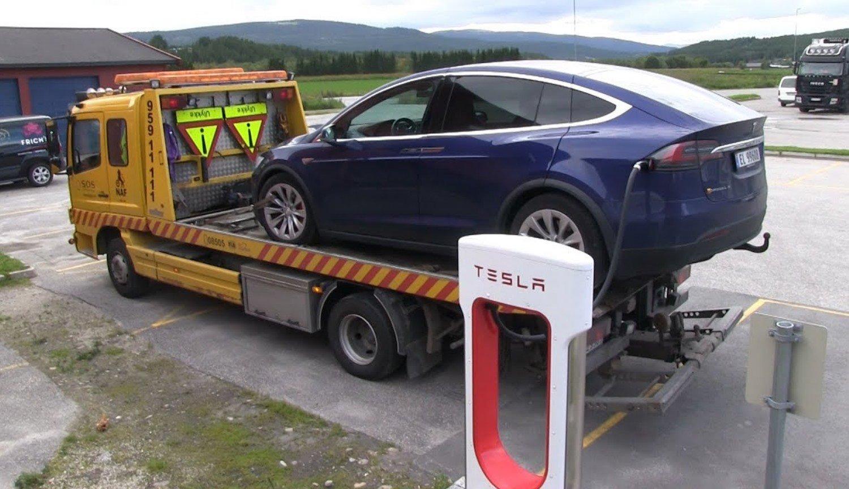 Автомобили Tesla смогут автоматически вызвать эвакуатор в случае поломки